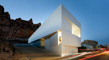 Silvestre Arquitectos: house in front of the cliffs near the castle ruins, Valencia
